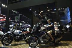 Nonthaburi,泰国- 2018年4月6日:家庭实验驾驶在BMW摊陈列的BMW摩托车在第39个曼谷国际性组织 免版税库存图片