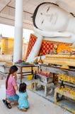 Nonthaburi,泰国2月19日2016年:母亲和女儿对菩萨雕象的薪水尊敬 库存图片