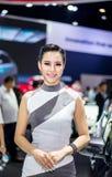NONTHABURI,泰国- 12月9,2017 :在摊的女孩模型汽车泰国国际马达商展的2017年 免版税库存照片