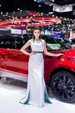 NONTHABURI,泰国- 12月9,2017 :在摊的女孩模型汽车泰国国际马达商展的2017年 免版税库存图片