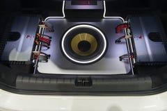 NONTHABURI,泰国- 12月9,2017 :汽车报告人看法,超低音扬声器和Amps在摊的汽车显示在泰国国际性组织 库存照片