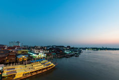 Nonthaburi,泰国- 4月10 :2016年 日落时间Pakkret是a 库存照片