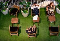 NONTHABURI, ΤΑΪΛΑΝΔΗ - 8 ΟΚΤΩΒΡΊΟΥ: Οι αγοραστές παίρνουν ένα σπάσιμο Στοκ Εικόνα