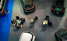 NONTHABURI, ΤΑΪΛΑΝΔΗ - 8 ΟΚΤΩΒΡΊΟΥ: Οι πελάτες υπογράφουν τη σύμβαση και το μ Στοκ Εικόνα