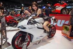 NONTHABURI - 8-ОЕ ДЕКАБРЯ: Неопознанные modellings вывесили над мотоциклом Ducati 899 Стоковое Изображение