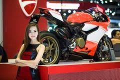 NONTHABURI - 8-ОЕ ДЕКАБРЯ: Неопознанные modellings вывешенные над мотоциклом 1199 Ducati Стоковые Изображения