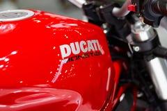 Nonthaburi Таиланд: - 8-ое декабря 2017: Крупный план - изверг Ducati мотоцикла ` ` DUCATI логотипа красный Стоковые Изображения