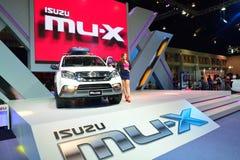NONTHABURI - 12月1日:五十铃muX SUV在泰国的汽车显示 库存图片