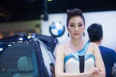 NONTHABURI - 12月8日:未认出塑造张贴与新的汽车BMW 50d 免版税库存照片