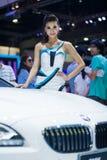 NONTHABURI - 12月8日:未认出塑造张贴与BMW X6 M 50d 免版税库存照片