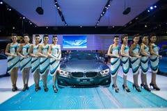 NONTHABURI - 12月8日:未认出许多塑造张贴与BMW 420d小轿车体育 图库摄影