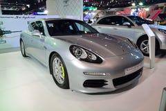 NONTHABURI - 1º DE DEZEMBRO: Displa do carro híbrido do e de Porsche Panamera S Fotos de Stock