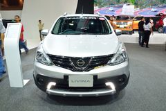 NONTHABURI - 1º DE DEZEMBRO: Exposição do carro de Nissan Livina em Tailândia mim Fotografia de Stock Royalty Free