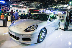 NONTHABURI - 8 DE DEZEMBRO: Exposição do e-híbrido do panamera s de Porsche na fase Imagem de Stock