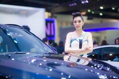 NONTHABURI - 8 DE DEZEMBRO: Modelagem não identificada afixada com BMW X6 M 50d Fotos de Stock Royalty Free