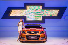 NONTHABURI - 8 DE DEZEMBRO: Modellings não identificados afixados sobre Chevrolet ss Fotos de Stock Royalty Free