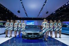 NONTHABURI - 8 DE DEZEMBRO: Não identificado muitos modelagem afixada com esporte do cupê de BMW 420d Foto de Stock