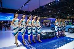 NONTHABURI - 8 DE DEZEMBRO: Não identificado muitos modelagem afixada com esporte do cupê de BMW 420d Imagens de Stock