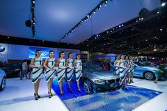 NONTHABURI - 8 DE DEZEMBRO: Não identificado muitos modelagem afixada com esporte do cupê de BMW 420d Foto de Stock Royalty Free