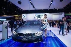 NONTHABURI - 8 DE DEZEMBRO: Não identificado muitos modelagem afixada com esporte do cupê de BMW 420d Imagem de Stock Royalty Free