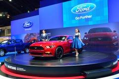 NONTHABURI - 1º DE DEZEMBRO: Poses modelo com Ford Mustang 2 ecob 3L Fotografia de Stock