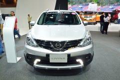 NONTHABURI - 1 DE DICIEMBRE: Exhibición del coche de Nissan Livina en Tailandia I Fotografía de archivo libre de regalías