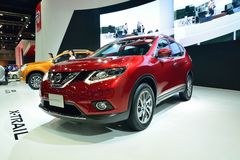 NONTHABURI - 1 DE DICIEMBRE: Nuevo Nissan X-Trail, exhibición del coche de SUV en Imágenes de archivo libres de regalías