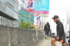 Nonthaburi - DEC 6 2017年:在泰国名人摇摆物`印度桃花心木Bodyslam `作为途中在55日连续马拉松的筹集金钱为 免版税库存照片