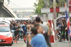 Nonthaburi - DEC 6 2017年:在泰国名人摇摆物`印度桃花心木Bodyslam `作为途中在55日连续马拉松的筹集金钱为 免版税图库摄影