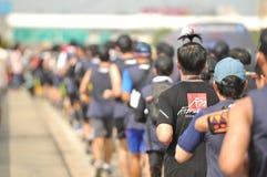 Nonthaburi - 6 Dec 2017: Op de manier van Thaise beroemdheidstuimelschakelaar ` Toon Bodyslam neemt ` 55 dag lopende marathon ove royalty-vrije stock foto