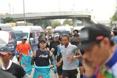Nonthaburi - DEC 6 2017: På vägen av thailändska för Toon Bodyslam för kändisvippa` tagande ` på 55 dag rinnande maraton att lyft Royaltyfri Bild
