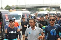 Nonthaburi - DEC 6 2017: På vägen av thailändska för Toon Bodyslam för kändisvippa` tagande ` på 55 dag rinnande maraton att lyft Royaltyfria Bilder