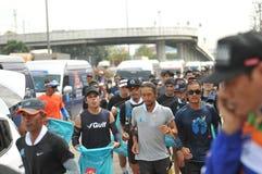 Nonthaburi - DEC 6 2017: På vägen av thailändska för Toon Bodyslam för kändisvippa` tagande ` på 55 dag rinnande maraton att lyft Arkivfoto