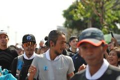 Nonthaburi - DEC 6 2017: På vägen av thailändska för Toon Bodyslam för kändisvippa` tagande ` på 55 dag rinnande maraton att lyft Fotografering för Bildbyråer