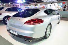 NONTHABURI - DECEMBER 1: Displa för hybrid- bil för Porsche Panamera S e Arkivfoton