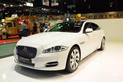NONTHABURI - DECEMBER 1: Jaguar XJ bilskärm på inter-Thailand Arkivbild