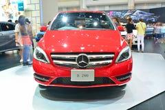 NONTHABURI - DECEMBER 1: Mercedes BenZ B 200 bilskärm på thailändskt Fotografering för Bildbyråer