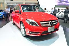 NONTHABURI - DECEMBER 1: Mercedes BenZ B 200 bilskärm på thailändskt Royaltyfria Foton