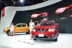 NONTHABURI - DECEMBER 1: Modellera Poses med den nya Nissan bilen, Navara NP300 och x-slingan, på expon för den Thailand Internat Royaltyfri Bild