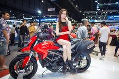 NONTHABURI - 8 DECEMBER: Niet geïdentificeerde modellering gepost over Ducati-motorfiets Royalty-vrije Stock Foto's
