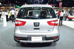 NONTHABURI - DECEMBER 1: Nissan Livina bilskärm på Thailand I Arkivbilder