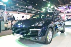 NONTHABURI - DECEMBER 1: Skärm för hybrid- bil för Porsche Cayenne S e Arkivbilder