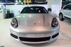 NONTHABURI - DECEMBER 1: Skärm för hybrid- bil för Porsche Panamera SE Royaltyfri Foto