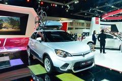 NONTHABURI - DECEMBER 1: Skärm för MG 3 X-kors bil på Thailand in Arkivfoton