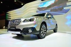 NONTHABURI - DECEMBER 1: Skärm för Subaru vildmarkbil på Thailand Arkivfoton