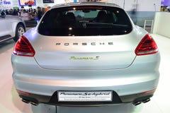NONTHABURI - 1° DICEMBRE: Displa dell'automobile ibrida di e di Porsche Panamera S Fotografie Stock Libere da Diritti