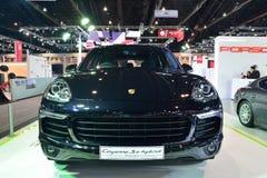 NONTHABURI - 1° DICEMBRE: Esposizione dell'automobile ibrida di e di Porsche Cayenne S Immagine Stock Libera da Diritti