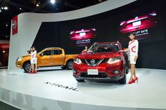 NONTHABURI - 1° DICEMBRE: Poses di modello con nuovo Nissan Navara NP 3 Immagini Stock