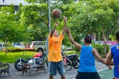 Nonthaburi en Thaïlande, hommes et femmes jouent au basket-ball dans MOR photos stock