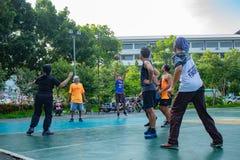 Nonthaburi en Thaïlande, hommes et femmes jouent au basket-ball dans MOR images libres de droits